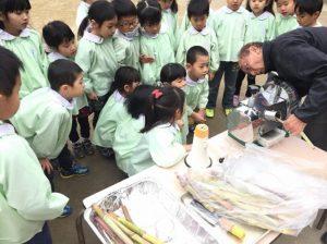 幼稚園でサトウキビジュースを作る!